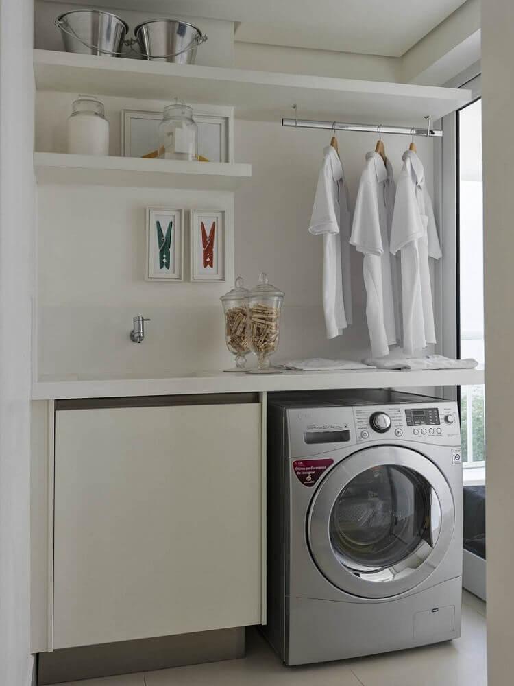 lavanderia toda branca planejada com prateleiras e cabideiro Foto Pinterest