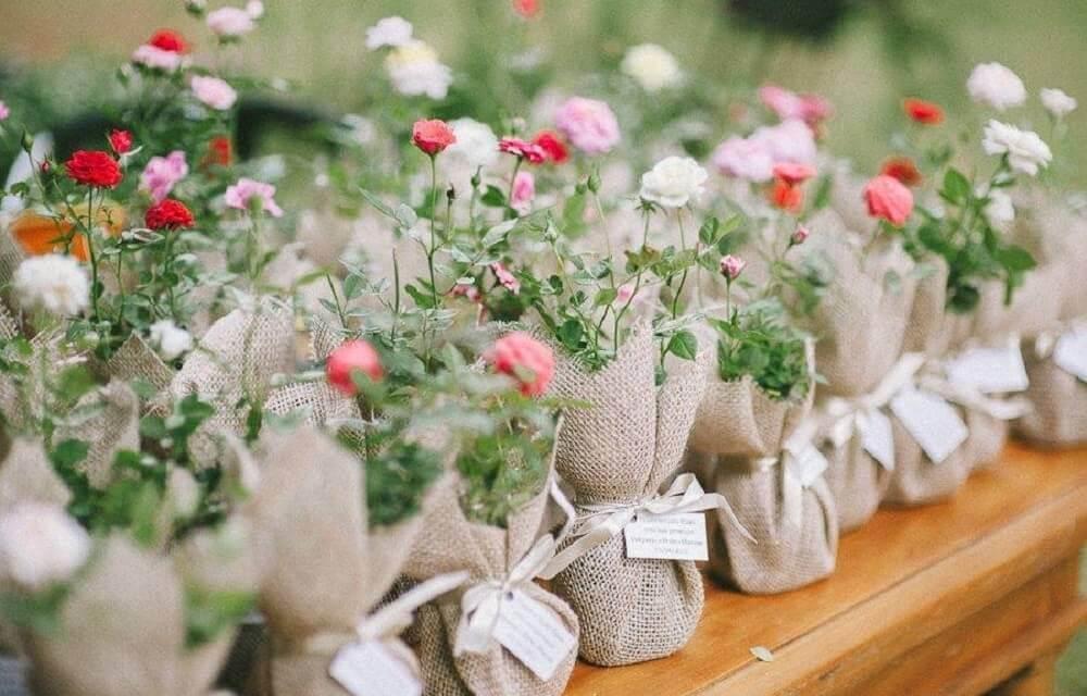 lembrancinhas de casamento para fazer em casa com muda de flore e saco de juta Foto Pinterest