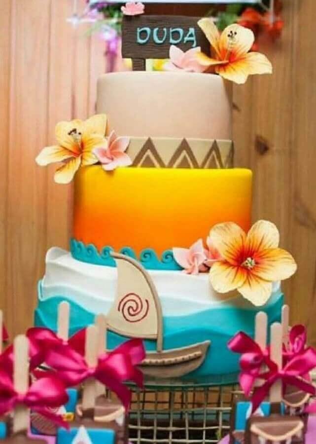 lindo bolo tropical decorado com ondas do mar sol e flores Foto Pinterest