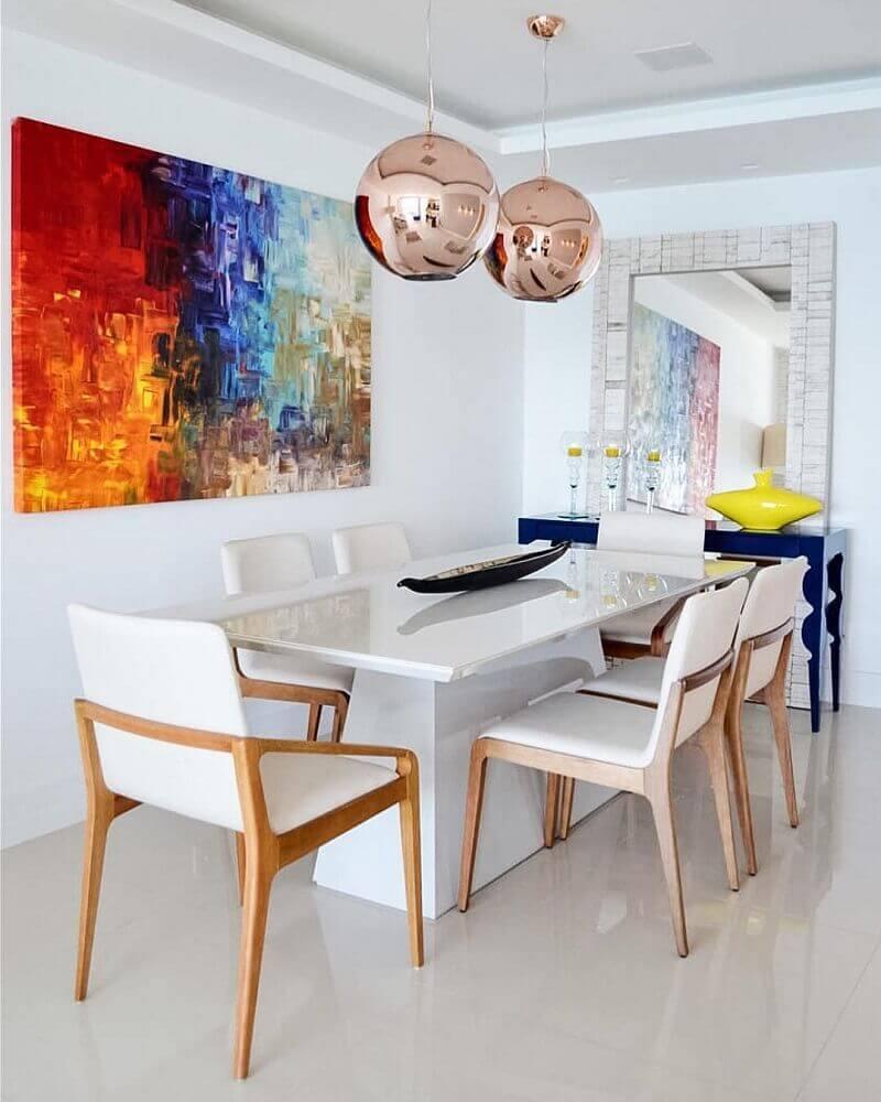 móveis laqueados para sala de jantar clean com quadro colorido e pendente redondo rose Foto Amanda Miranda Arquitetura