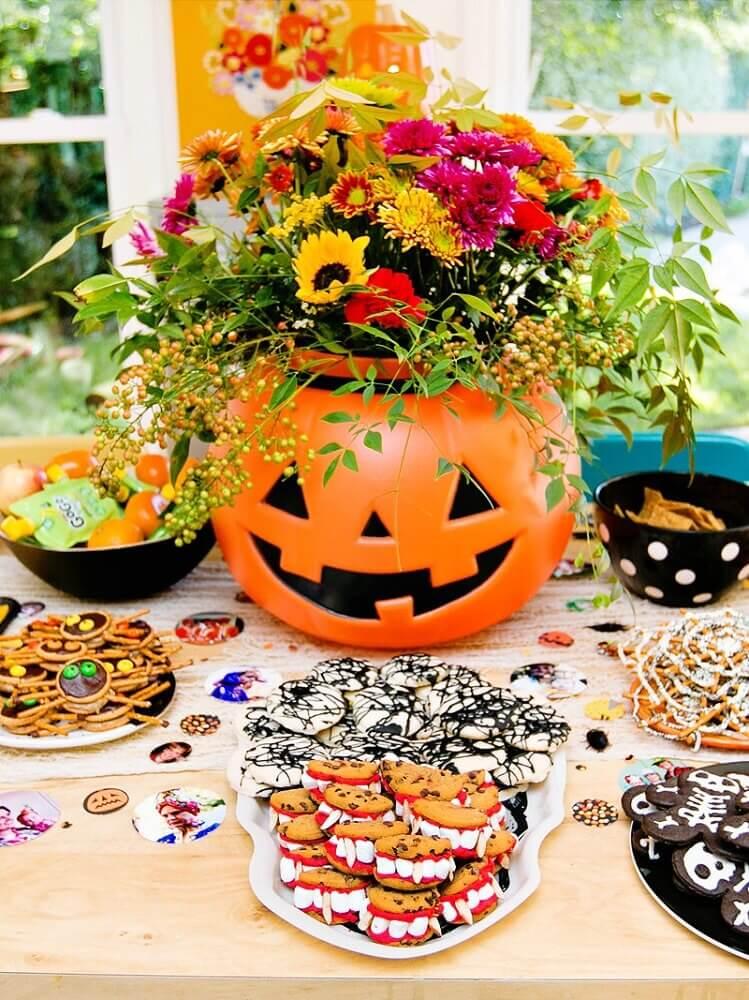 mesa decorada com arranjo de flores para festa de Halloween Foto MillePop
