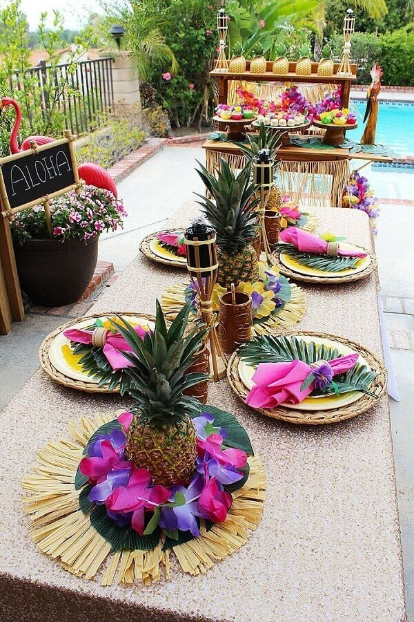tropical party table decorated with pineapple leaves and natural fiber sousplat Foto Pinterest