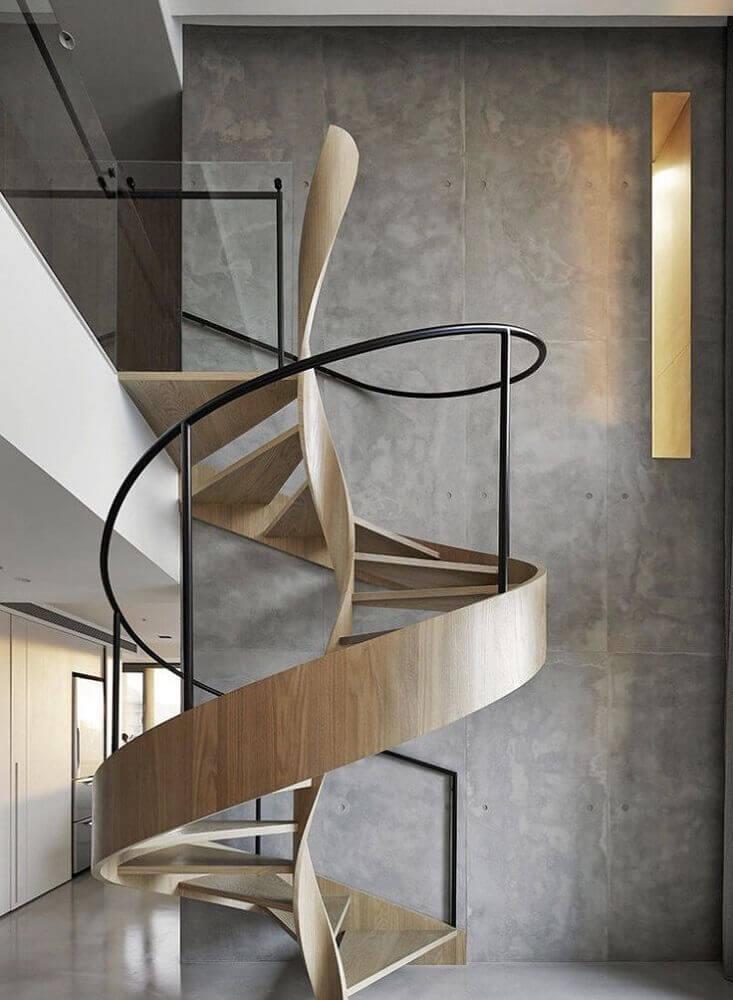 modelo arrojado de escada de madeira com guarda corpo de ferro Foto Riosbrook