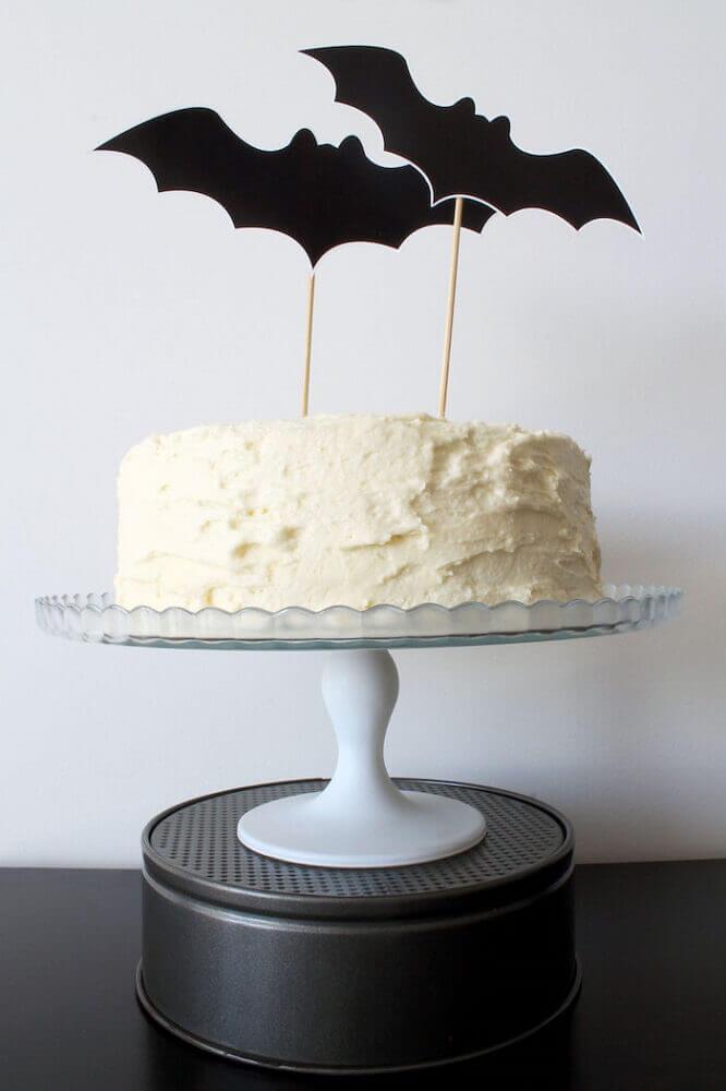modelo de bolo com plaquinhas de morcegos para festa de Halloween Foto Kara's Party Ideas