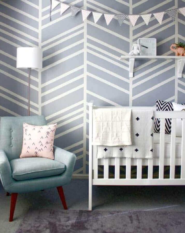 modelo de cadeira de amamentação moderna com pés palito para quarto de bebê com papel de parede cinza e branco Foto Wohnideen