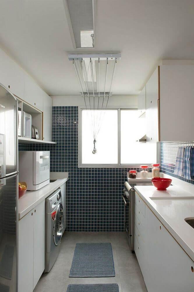 modelo de lavanderia com cozinha conjuntada decorada com pastilhas azuis Foto Pinterest