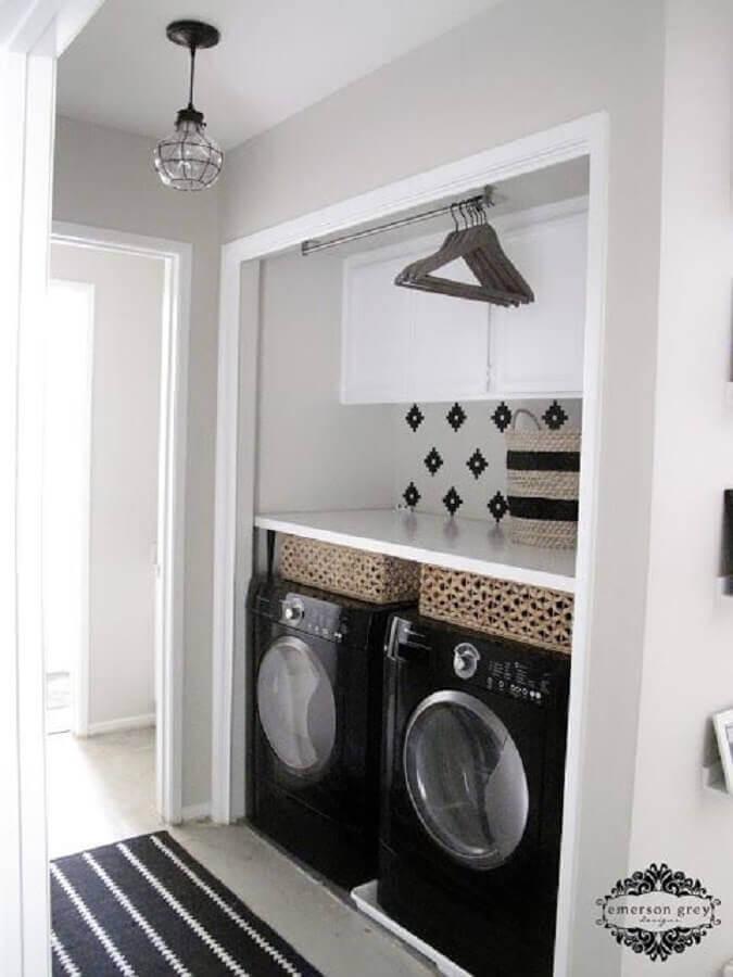 modelo de lavanderia pequena com cabideiro e armário aéreo Foto TILE junket
