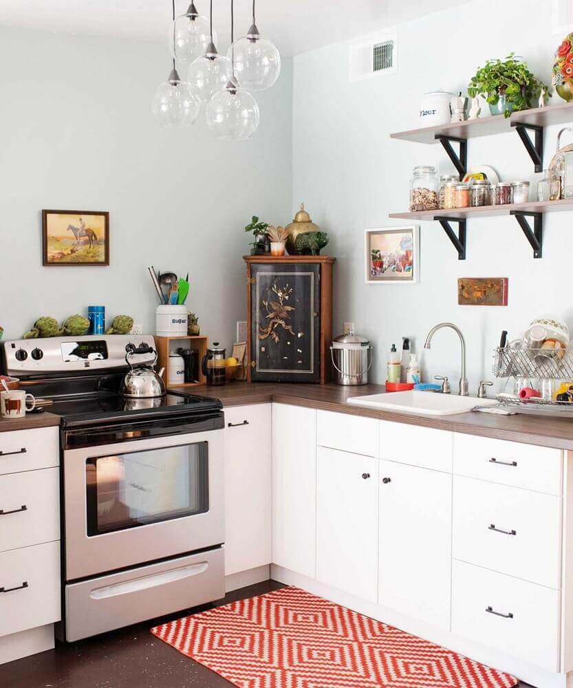 modelo pequeno de tapete para cozinha com estampa vermelha e branca Foto Kitchen Ideas