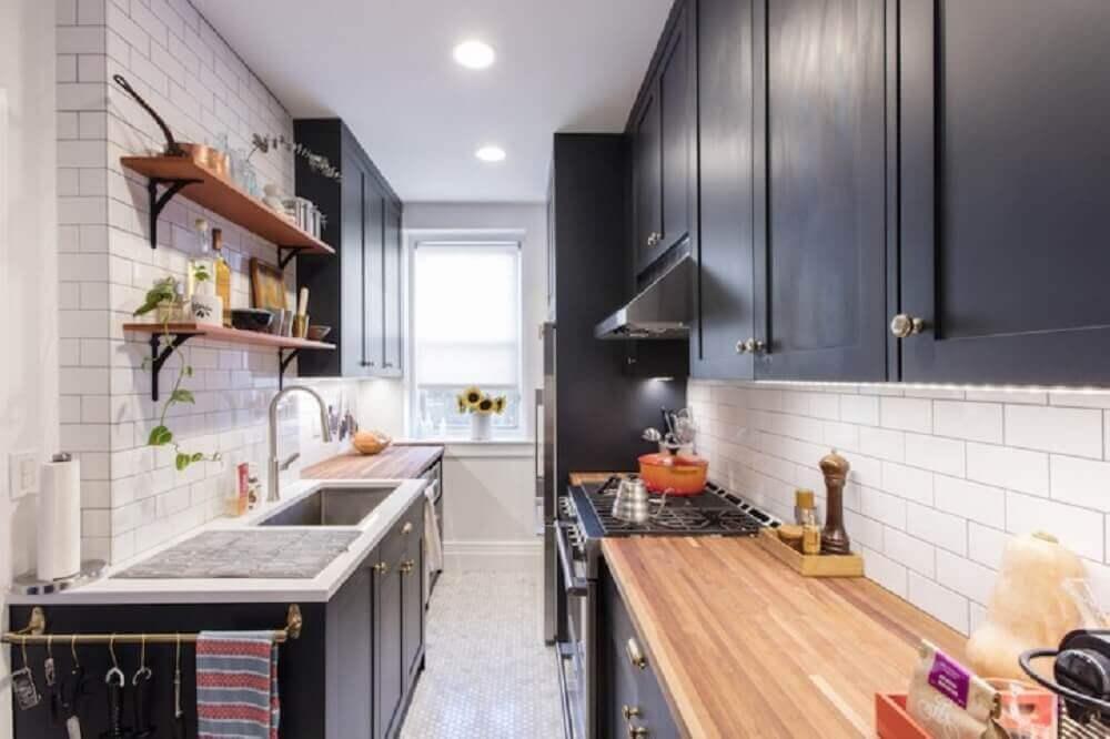 modelo preto de armário de cozinha com balcão de madeira e azulejo branco Foto Sweeten