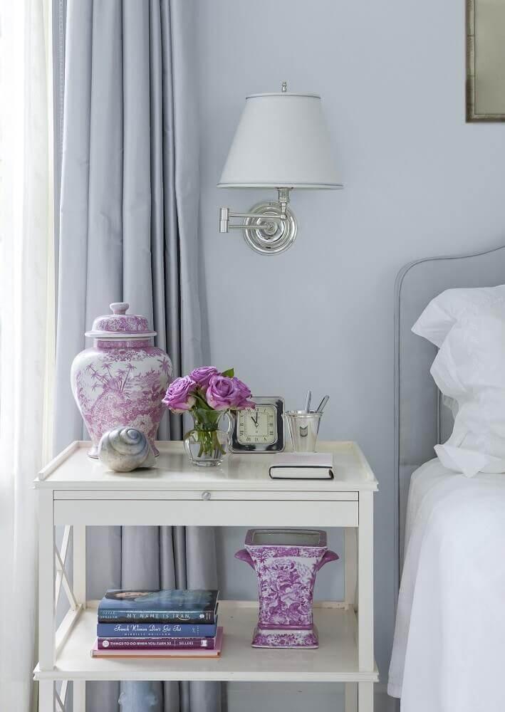 modelo simples de criado mudo para quarto com decoração clássica Foto Elle Decor