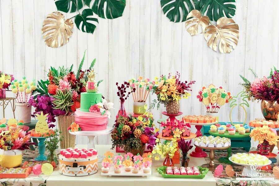 many flowers and sweets for tropical party table decoration Foto Pinterest