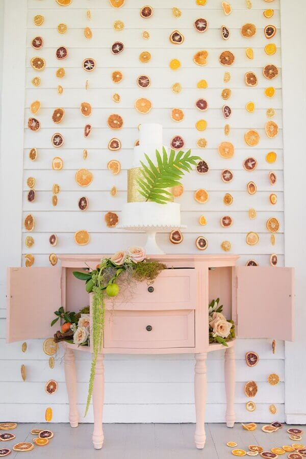 panel made with dried fruits for simple tropical party decoration Foto Atlas Event Rental