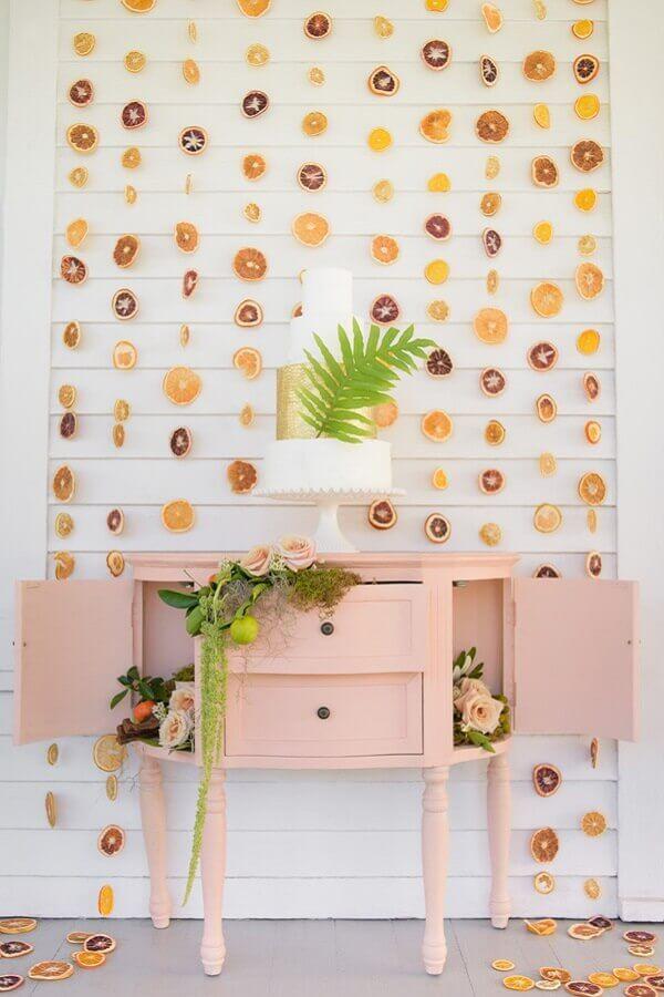 painel feito com frutas secas para decoração de festa tropical simples Foto Atlas Event Rental