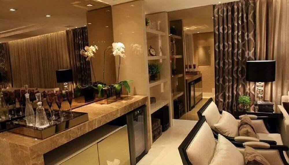 parede espelhada com espelho de bronze para sala de estar com barzinho Foto Pinterest