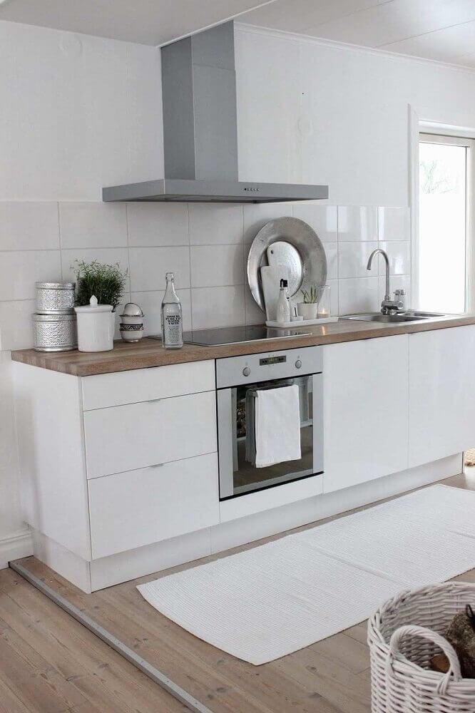 passadeira para cozinha toda branca com piso de madeira Foto Wohndesign