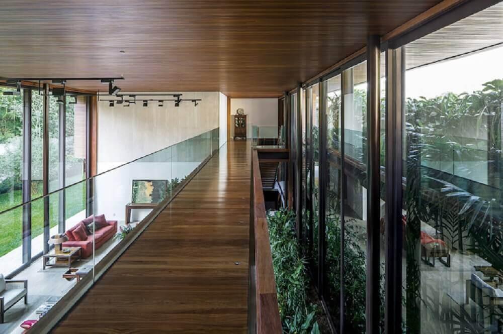 passarela de madeira com guarda corpo de vidro Foto Jacobsen Arquitetura