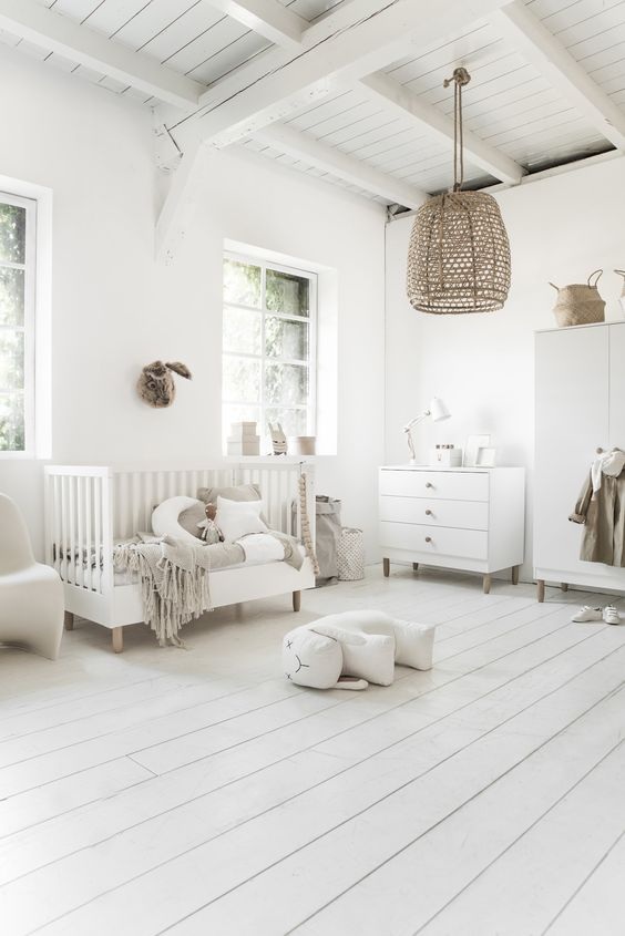 Quarto de bebe com piso branco