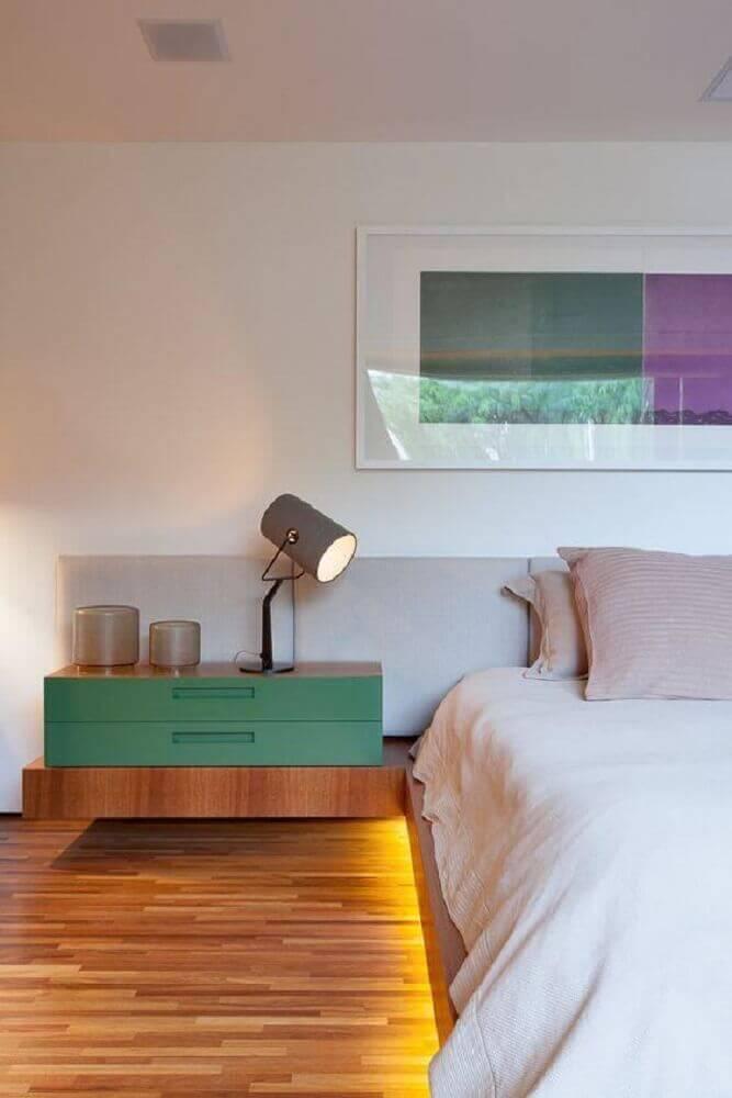 quarto de casal com criado mudo de madeira e luz de led embaixo da cama Foto Home Decoo