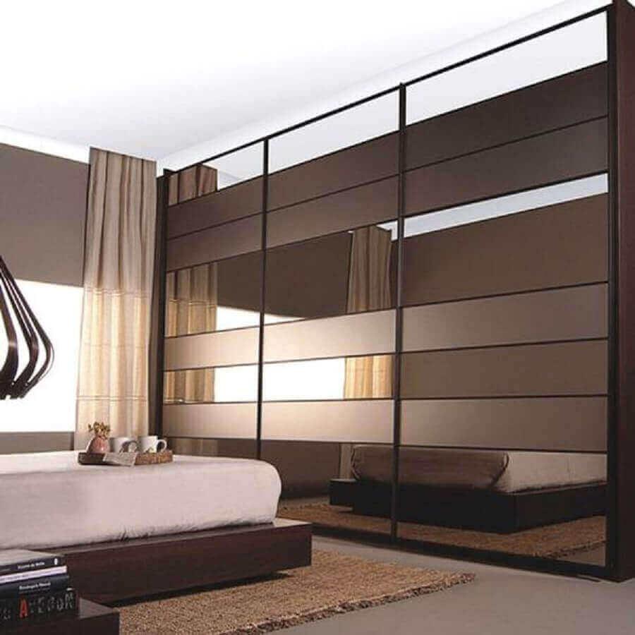 quarto decorado com cama japonesa de guarda roupa espelho bronze Foto Habilis