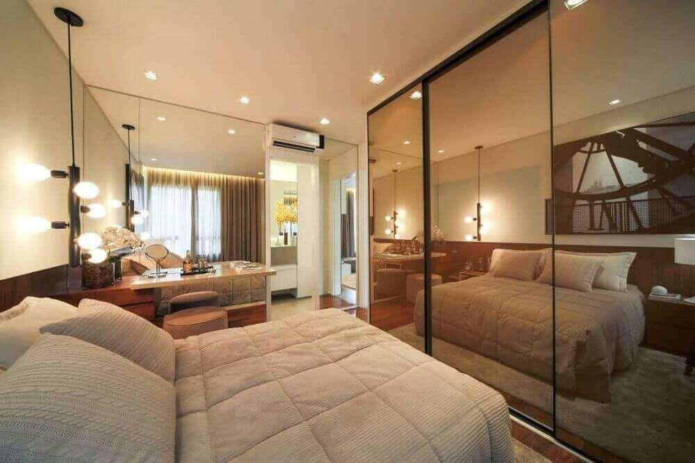quarto decorado com pendente minimalista preto e guarda roupa espelho bronze Foto PS do Vidro