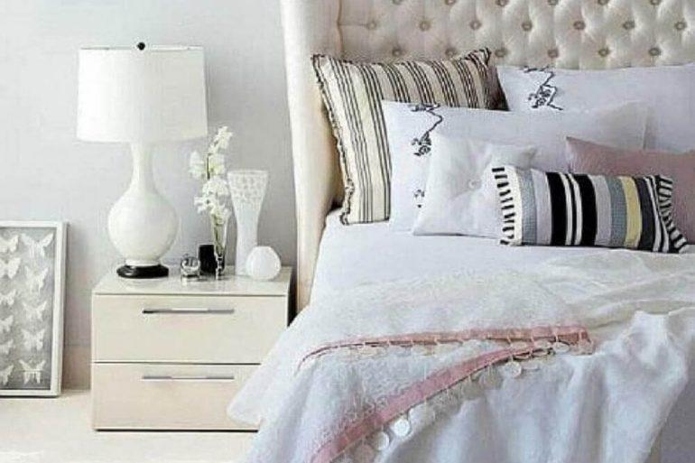 quarto todo branco decorado com cabeceira capitonê e criado mudo branco  Foto Pinterest