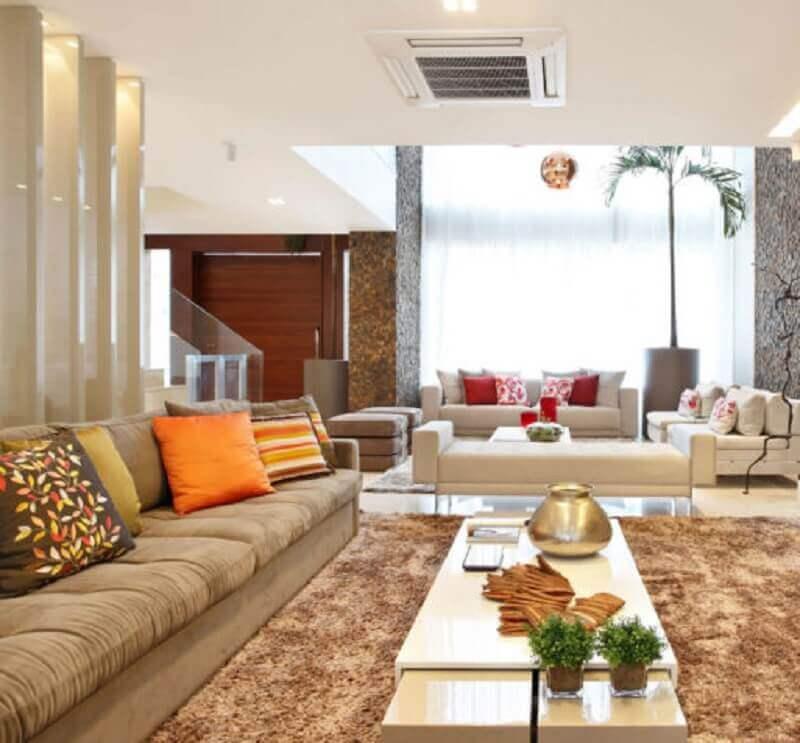 sala de estar decorada em tons neutros com mesa de centro branca laqueada Foto Cláudia Pimenta e Patricia Franco