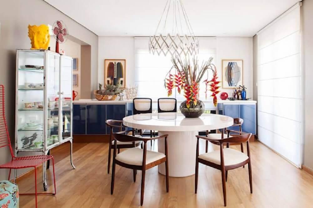 sala de jantar com decoração clean com cristaleira de vidro e mesa laqueada branca Foto Pinterest