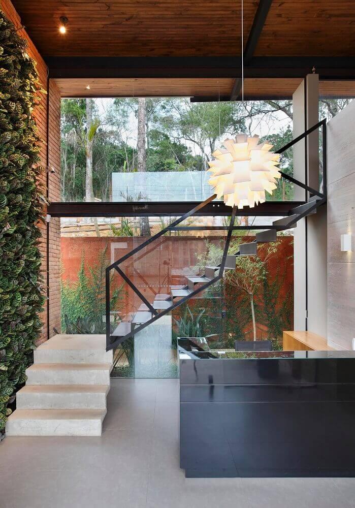 textura de materiais como ferro tijolo jardim vertical e guarda corpo de vidro Foto ArchDaily