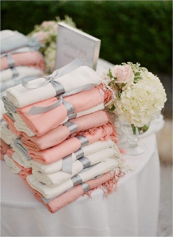 toalhas amarradas com laço de cetim para lembrancinhas de casamento simples Foto Obsessions Fashion