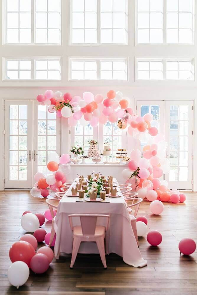 shades of pink for decoration with simple balloons and flower arrangements Foto Roofing Brooklyn