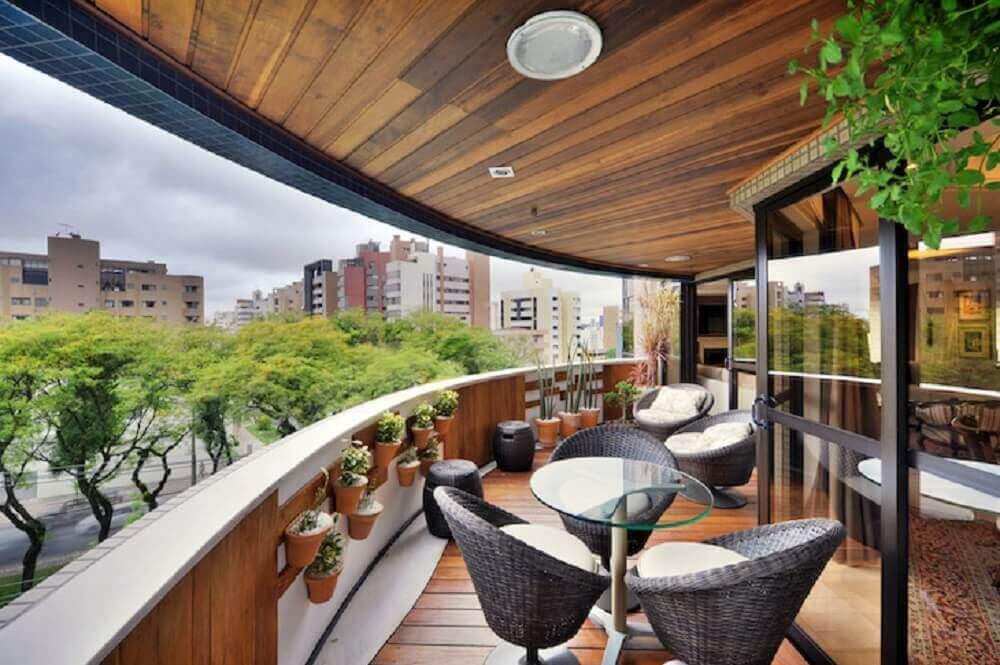varanda com guarda corpo de alvenaria e madeira Foto Bender Arquitetura