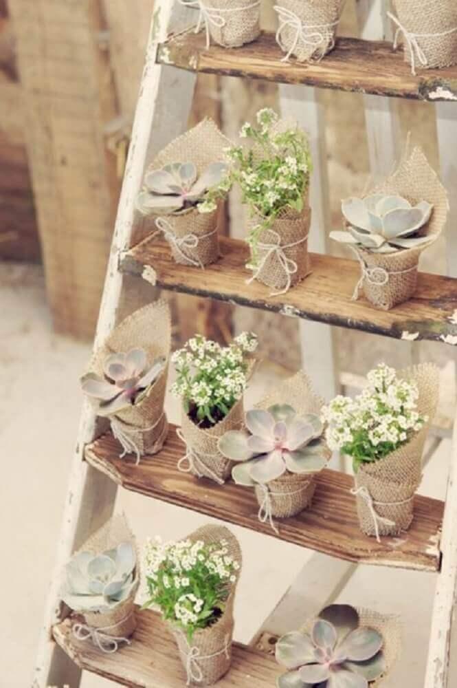 vasinhos com tecido de juta para lembrancinhas de casamento em casa Foto Pinterest