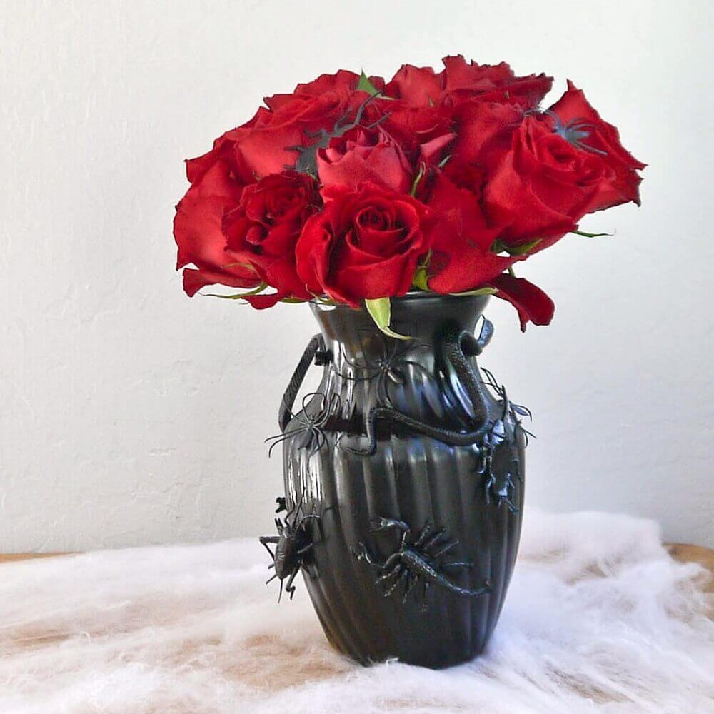 vaso preto com arranjo de rosas vermelhas para dia das bruxas Foto Popsugar