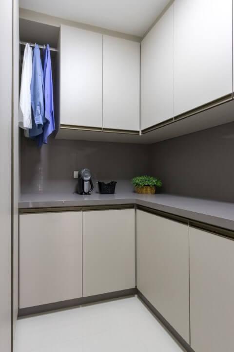 Área de serviço planejada com armário planejado Projeto de Mauren Buest