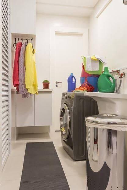Área de serviço planejada pequena com armários e cabideiro Projeto de Conseil Brasil