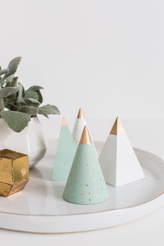 Árvore de natal artesanal cônica de madeira Foto de Sugar and Cloth