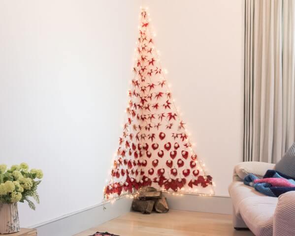 Árvore de natal artesanal com enfeites vermelhos e luzes Foto de Sugru