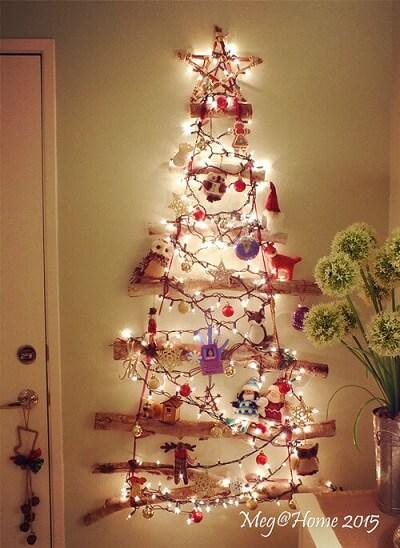 Árvore de natal artesanal com galhos e luzes de natal Foto de Meg Home