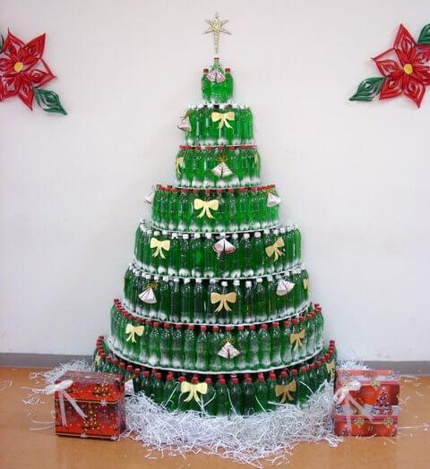 Árvore de natal artesanal com garrafas de PET verdes Foto de Reciclados La Red