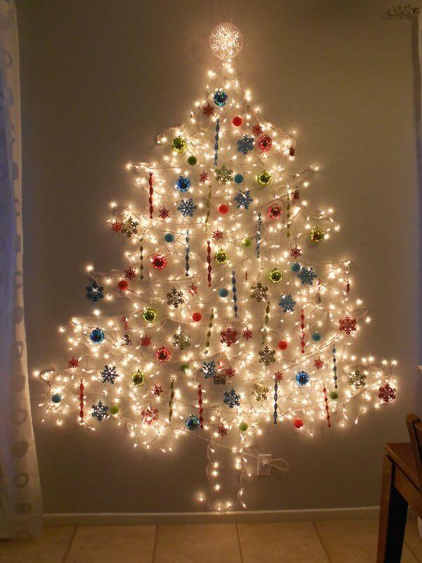 Árvore de natal artesanal com luz pisca pisca e bolas coloridas Foto de Pinterest