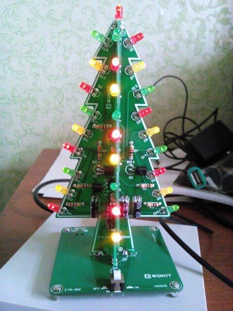 Árvore de natal artesanal com luzes Foto de Tindie