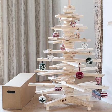Árvore de natal artesanal de MDF e bolas de crochê Foto de Mad Ru