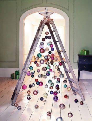 Árvore de natal artesanal de escada com bolas de natal coloridas Foto de Kitchen Fun With My 3 Sons