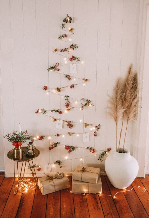 Árvore de natal artesanal de pisca pisca e flores Foto de Spell Designs