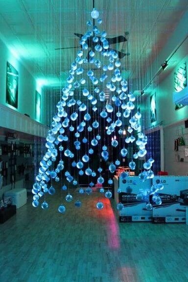 Árvore de natal artesanal feita com bola de natal azuis suspensas Foto de Architecture Art Designs