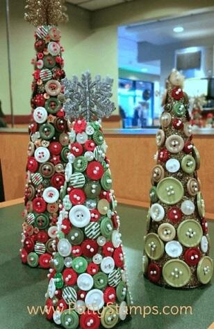 Árvore de natal artesanal feita com botões Foto de Patty Stamps