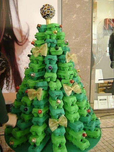 Árvore de natal artesanal feita com caixas de ovos Foto de Bored Panda