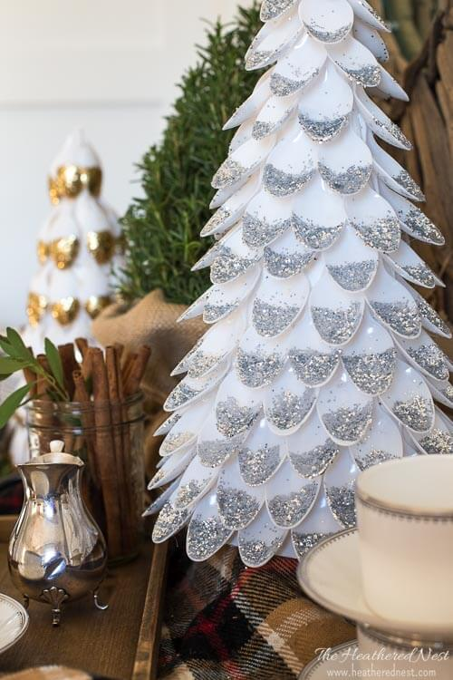 Árvore de natal artesanal feita com colher de plástico com glitter Foto de The Heathered Nest