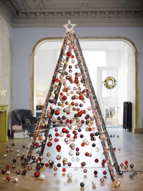 Árvore de natal artesanal feita com escada e bolinhas de natal Foto de Cord Magazine