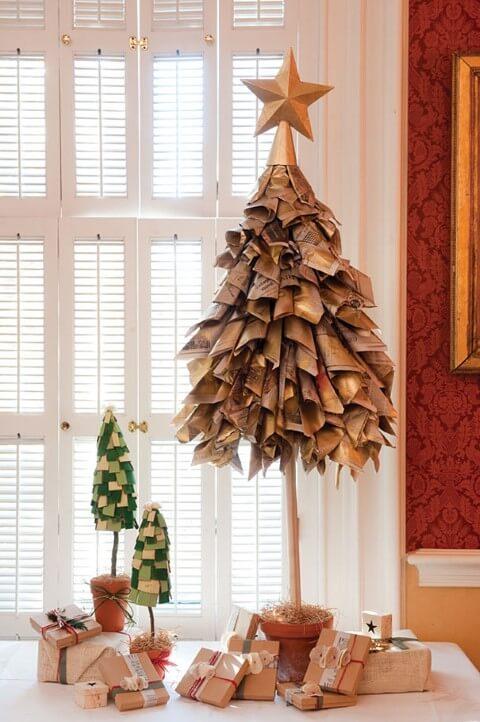 Árvore de natal artesanal feita com jornais Foto de Design Bump
